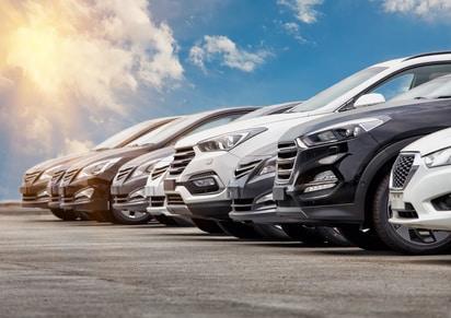 Autos vor blauem Himmel.