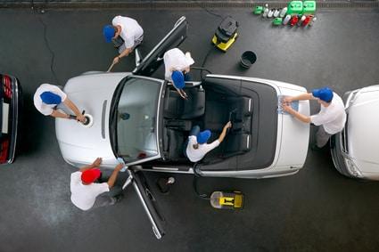 In Autoaufbereitungen kann man das Auto für den Verkauf vorbereiten lassen. Ein Team beim Putzen eines Fahrzeugs.